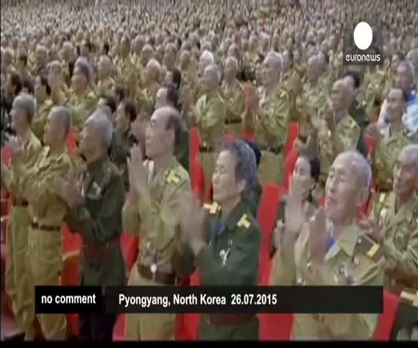 Ветераны приветствуют Ким Чен Ына