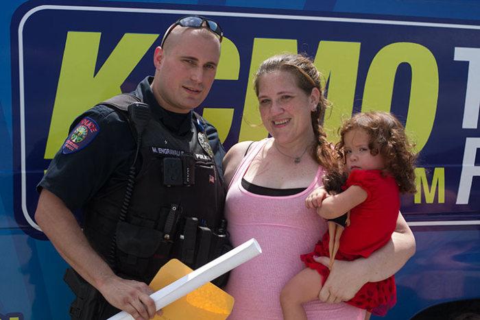 Полицейский помог женщине, которую он должен был арестовать за воровство (5 фото)