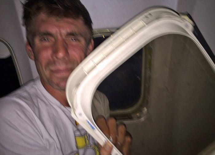 Оконная рама иллюминатора самолета упала на колени пассажира (2 фото)