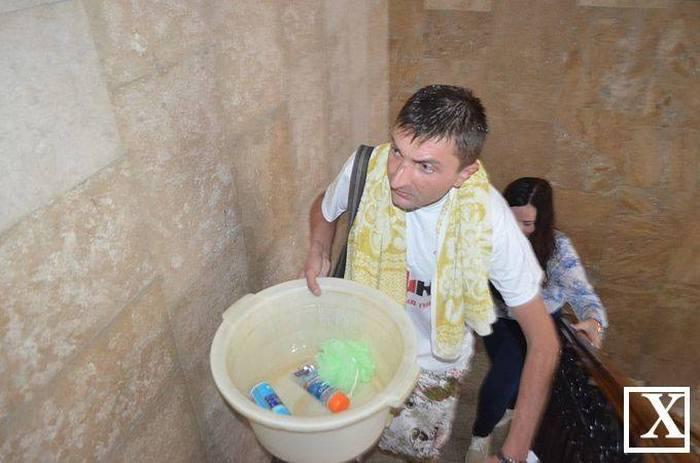 Житель Луцка помылся в сессионном зале горсовета (4 фото)