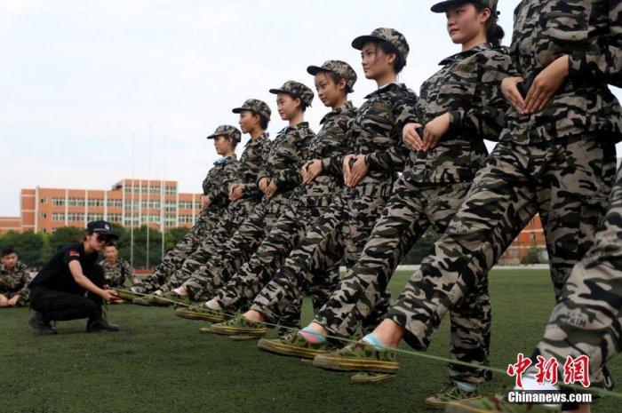 Военная подготовка студентов в китайском колледже (7 фото)
