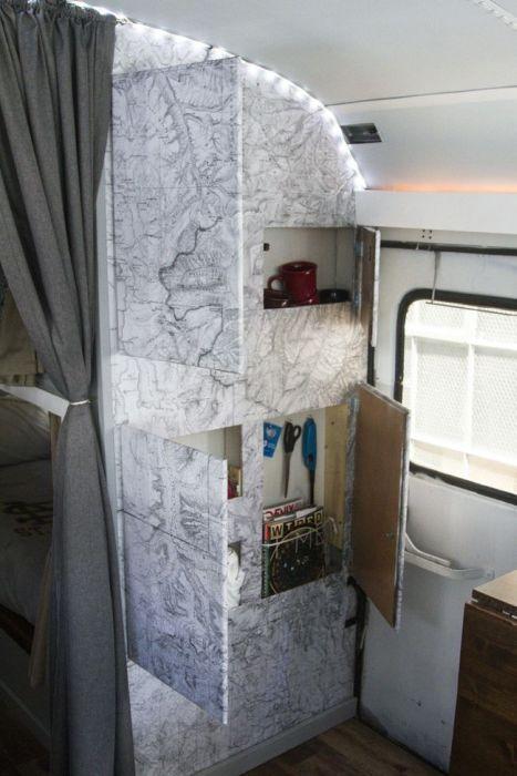 Выпускники колледжа построили крутой дом на колесах на базе школьного автобуса (30 фото)