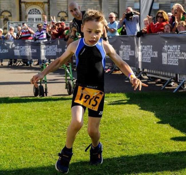 В Великобритании мальчик с ДЦП финишировал в триатлоне (4 фото)