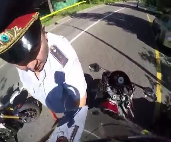 Рискуя жизнью, полицейский остановил мотоциклиста