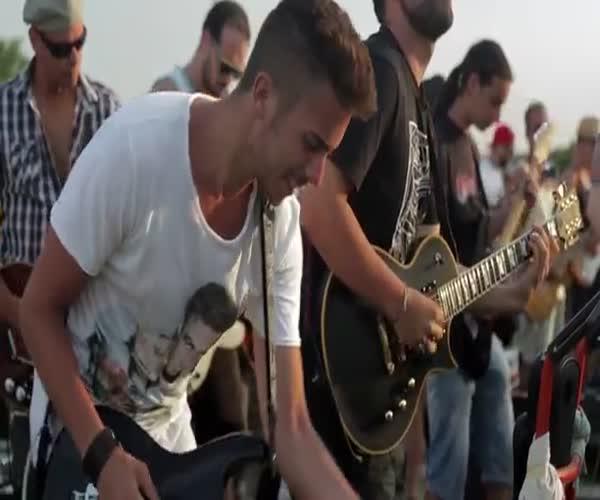 Фанаты исполняют песню группы Foo Fighters