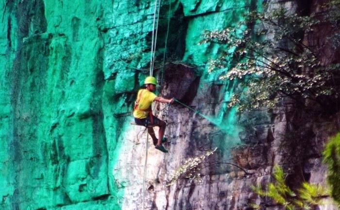Китаец перекрасил гору в зеленый цвет, так как она не соответствовала правилам фэншуя (4 фото)