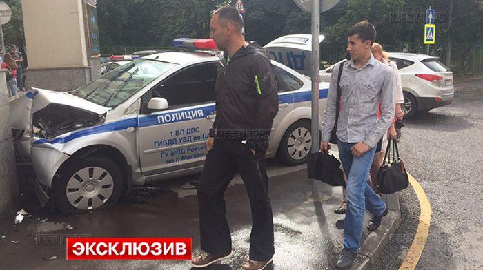 В Москве резидент Comedy Club Демис Карибов (Карибидис) въехал в автомобиль ДПС (4 фото)