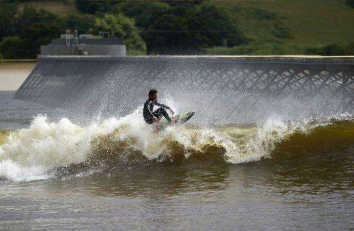 В Великобритании открыли искусственное озеро для серфинга с самыми большими волнами (6 фото)