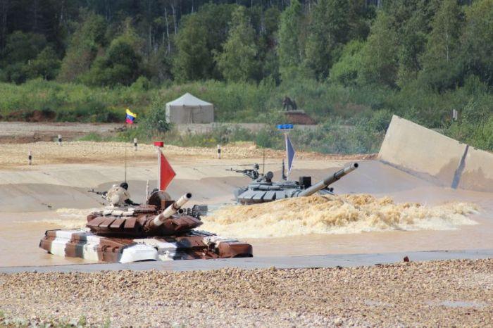 На «Армейских играх 2015» танкисты из Венесуэлы «утопили» танк (15 фото)