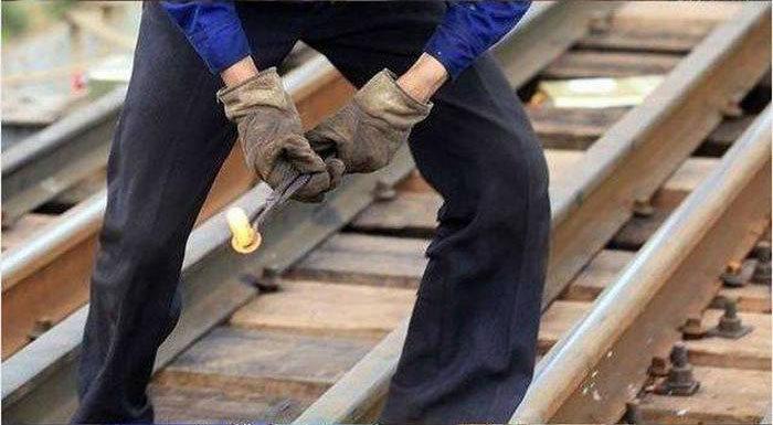 Ловкие рабочие «жонглируют» раскаленными болтами (8 фото + видео)