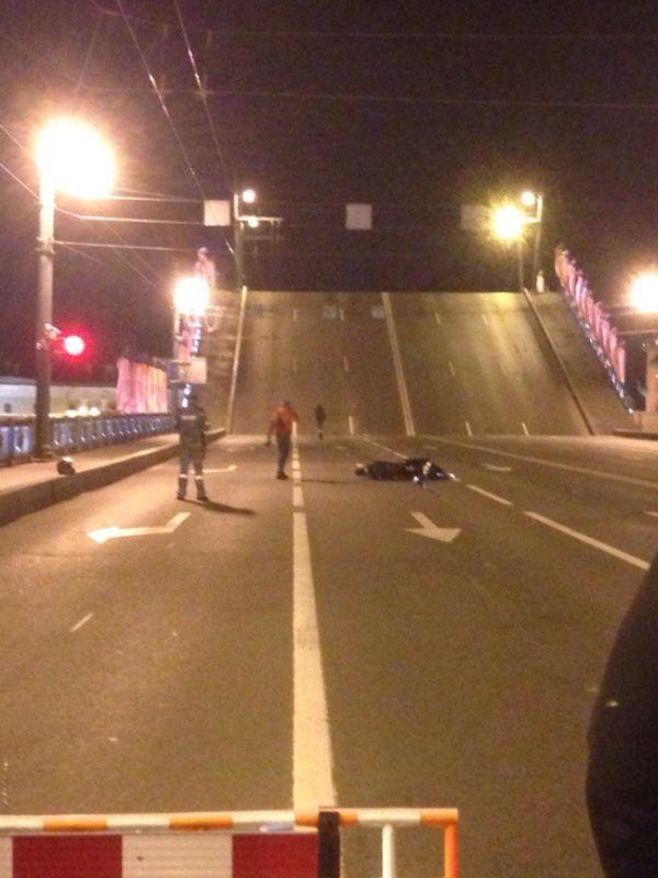 В Санкт-Петербурге мотоциклист-экстремал перепрыгнул через разводящийся Дворцовый мост (фото + видео)