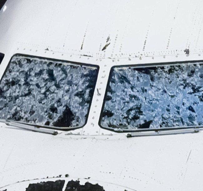 В Денвере совершил экстренную посадку поврежденный градом самолет (4 фото)