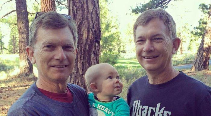 Удивленный малыш увидел брата-близнеца своего дедушки (2 фото)
