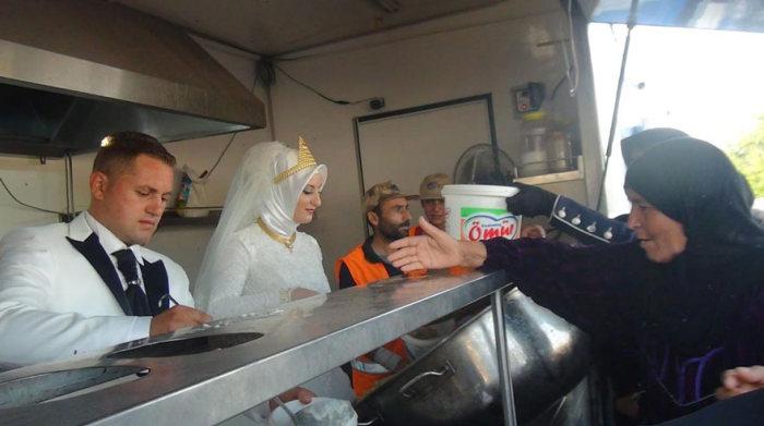 Турецкие молодожены потратили деньги на свадьбу, чтобы накормить беженцев (5 фото)
