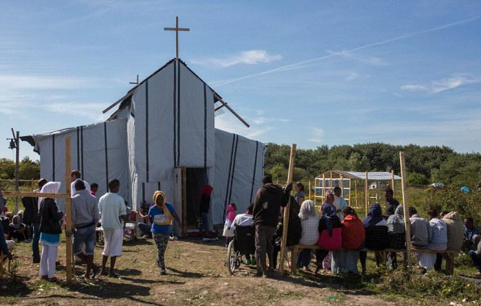 Церковь-хижина во французском лагере для беженцев (21 фото)