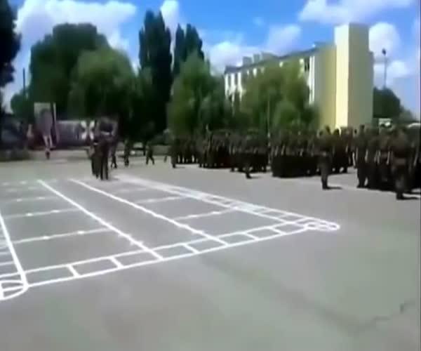 Солдат учат правилам посещения столовой