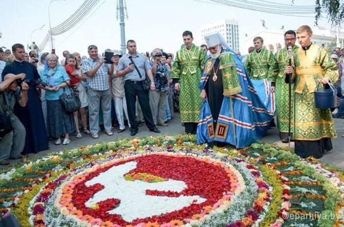 Гомель встретил митрополита Павла дорожкой из живых цветов (4 фото)