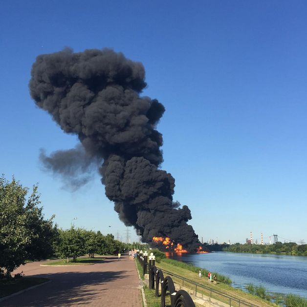 В Москве ликвидировали пожар на поверхности Москвы-реки (10 фото +  видео)