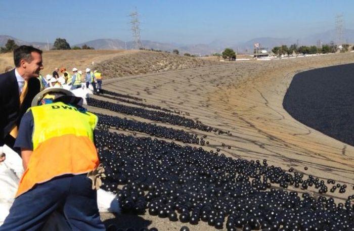 В водохранилище Лос-Анджелеса сбросили 96 миллионов шаров (6 фото + 2 видео)