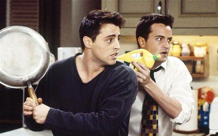 Чендлер Бинг (Мэттью Перри) и Джоуи Триббиани (Мэтт Леблан) из сериала «Друзья» тогда и сейчас (2 фото)