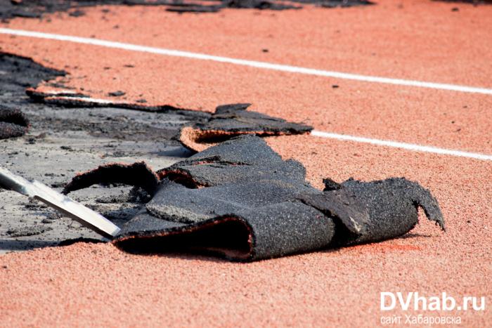 На стадионе в Хабаровске положили резиновое покрытие, которое рвется руками (15 фото + видео)