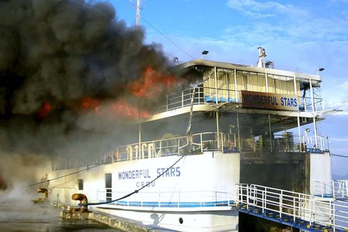 На Филиппинах произошел пожар на пассажирском пароме (3 фото + видео)