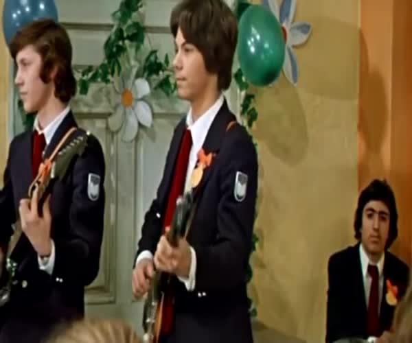 Герои советских кинолент «поют» песню «Пачка сигарет»