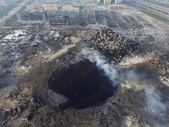 На месте взрыва в Тяньцзине осталась гигантская воронка (3 фото)