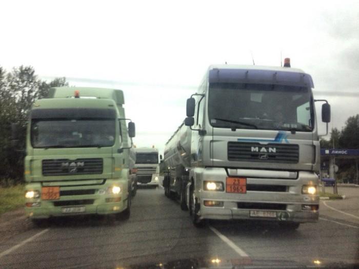 Как дальнобойщики борются с торопливыми водителями (2 фото)