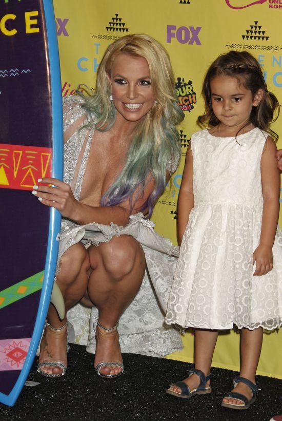 Бритни Спирс явилась на детскую премию в откровенном платье без белья (5 фото)