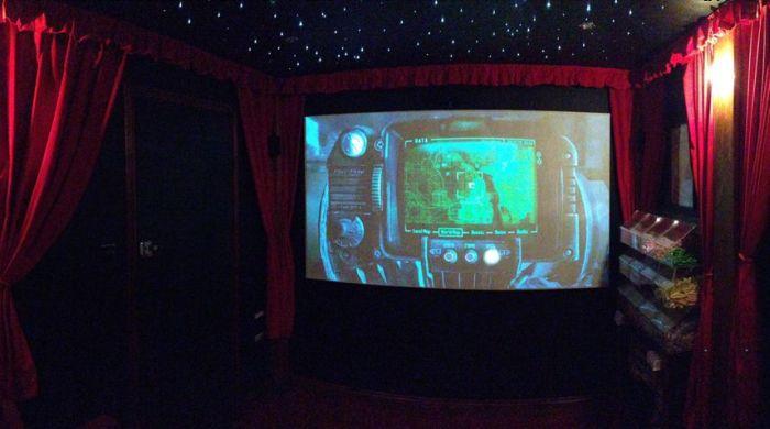 Личный кинотеатр во дворе дома (14 фото)