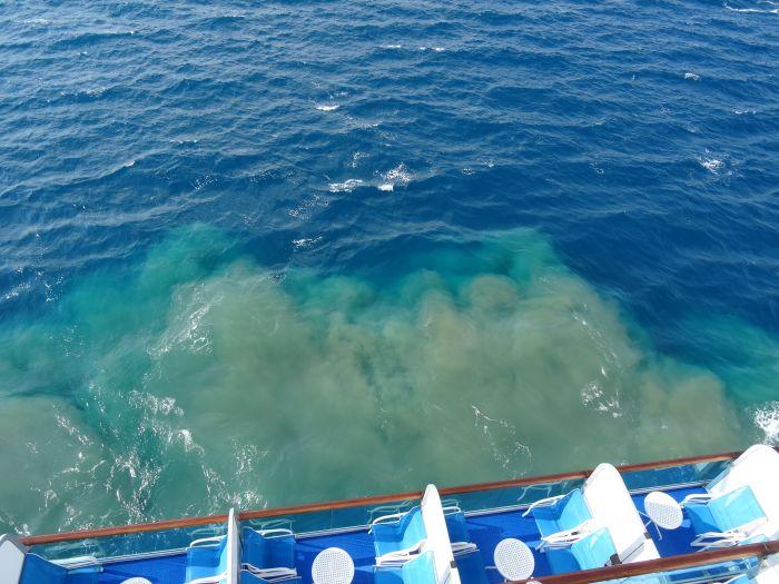 Как роскошные круизные лайнеры избавляются от сточных вод (3 фото)