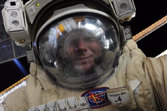 Во время выхода в открытый космос космонавт Геннадий Падалка сделал селфи (фото)