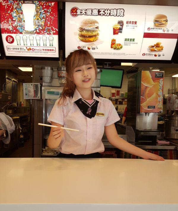 Пользователи сети назвали жительницу Тайваня самой красивой работницей McDonald's (12 фото + видео)