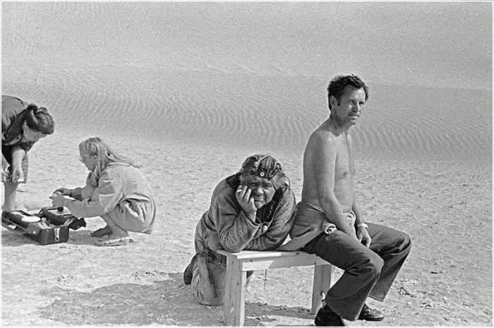 Звезды кино во время перерыва на съемочных площадках (60 фото)