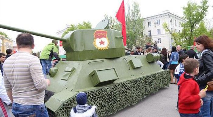 Житель Таганрога превратил ВАЗ-2106 в самодельный танк и выставил на продажу (6 фото)