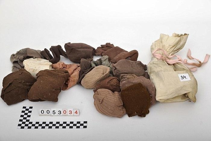 Пенсионер нашел вещи своей семьи, пролежавшие на чердаке со времен Второй мировой войны (12 фото)
