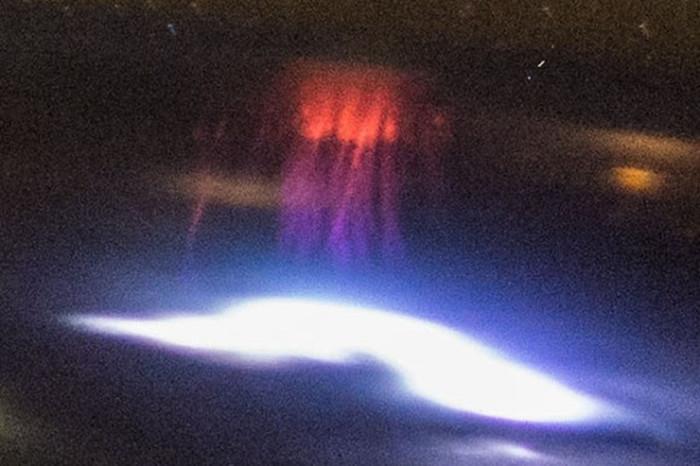 Космонавтам МКС удалось сфотографировать красные спрайты (3 фото)
