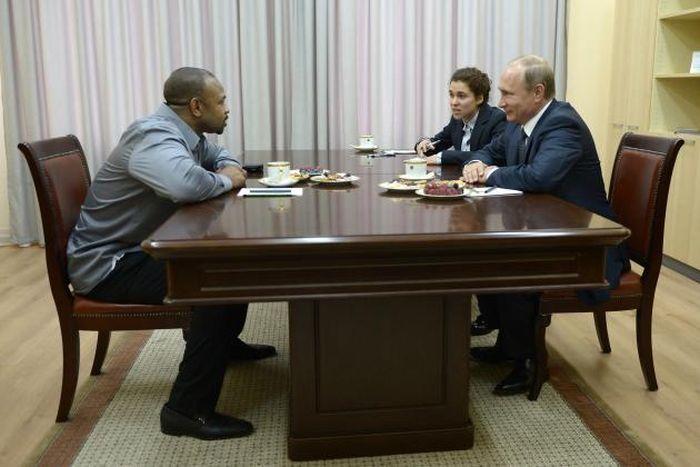 Знаменитый американский боксер Рой Джонс попросил российское гражданство у Владимира Путина (4 фото + видео)