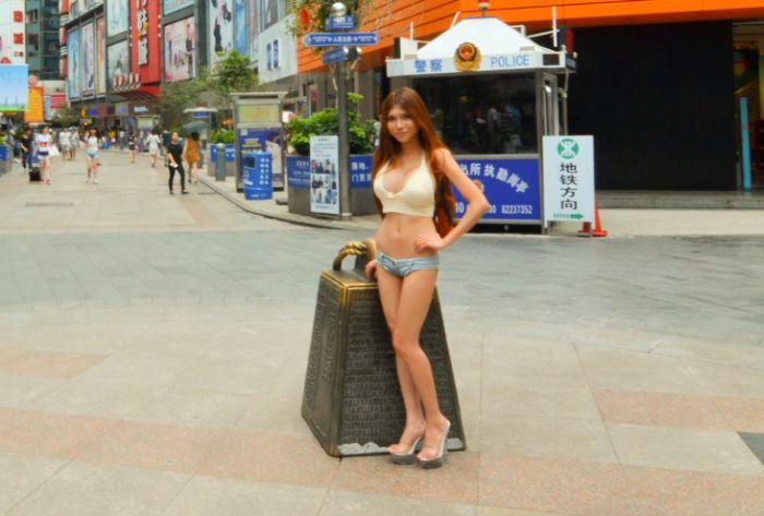 Девушка в коротких шортах на улицах города (14 фото)