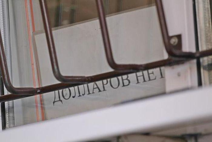 Казахстанский тенге резко обвалился после перехода на свободный курс (7 фото)