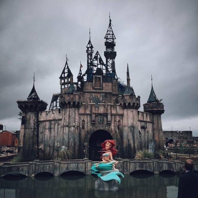 В Великобритании открылся мрачный «Диснейленд» - Dismaland (21 фото)