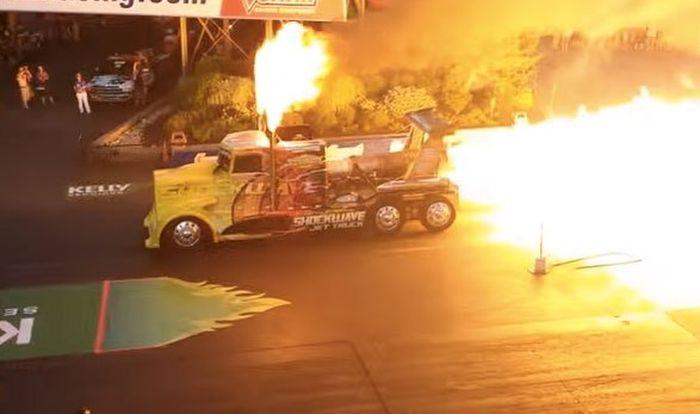 Самый быстрый в мире грузовик на реактивной тяге расплавил асфальт (2 фото + 2 видео)