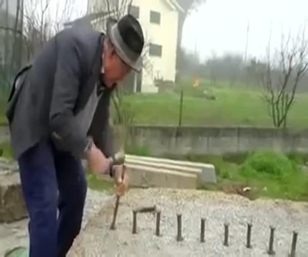 86-летний пенсионер раскалывает огромный камень