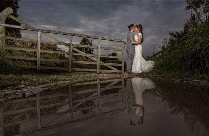 На что идут фотографы ради удачного свадебного фото (2 фото)