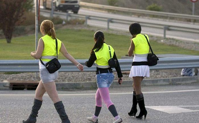 Что это за девушки на трассе? (3 фото)