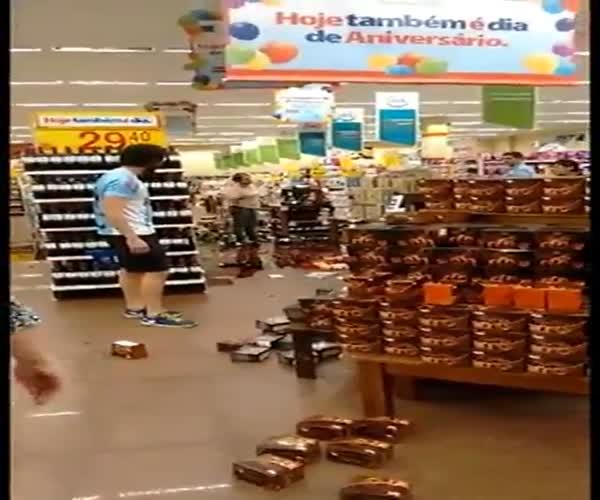 Неуравновешенная женщина устроила погром в магазине