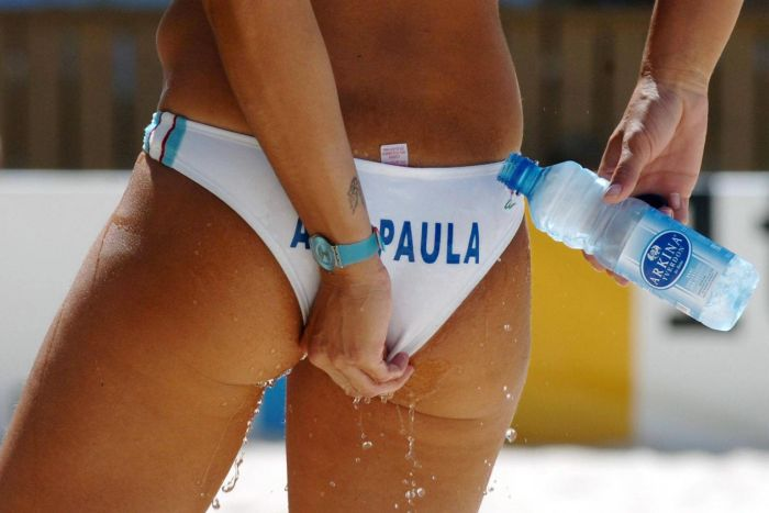 Как быстро охладиться во время игры в пляжный волейбол (2 фото)