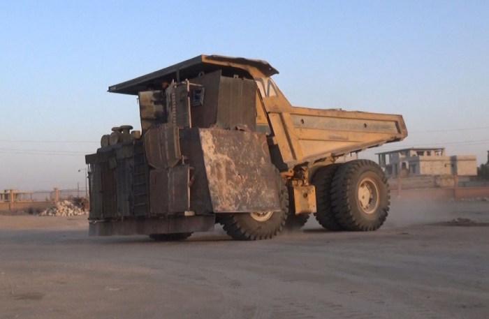 Боевики «Исламского государства» превратили карьерный самосвал в огромный броневик (3 фото)