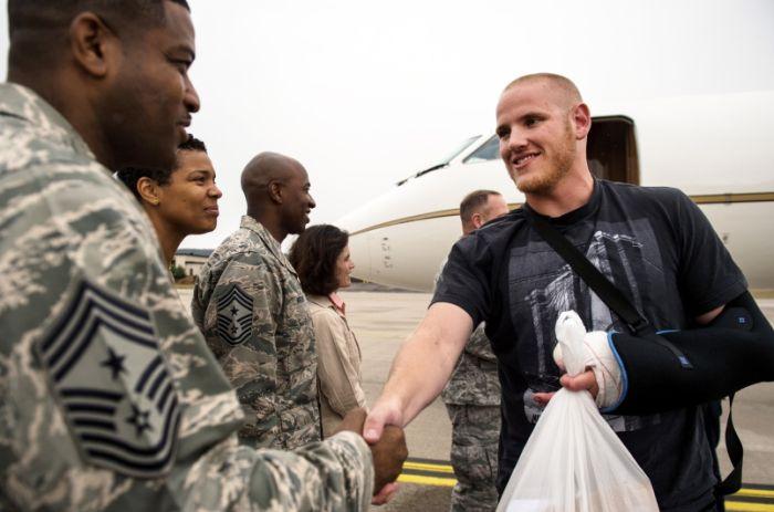Героический поступок американского военного медика и его друзей (6 фото)